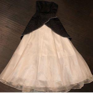 BLACK AND WHITE ROBERTA STRAPLESS DRESS SIZE 1/2